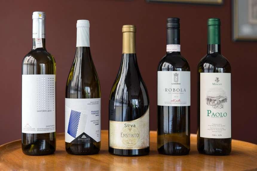 5 νησιώτικα λευκά κρασιά για να υποδεχθούμε το καλοκαίρι