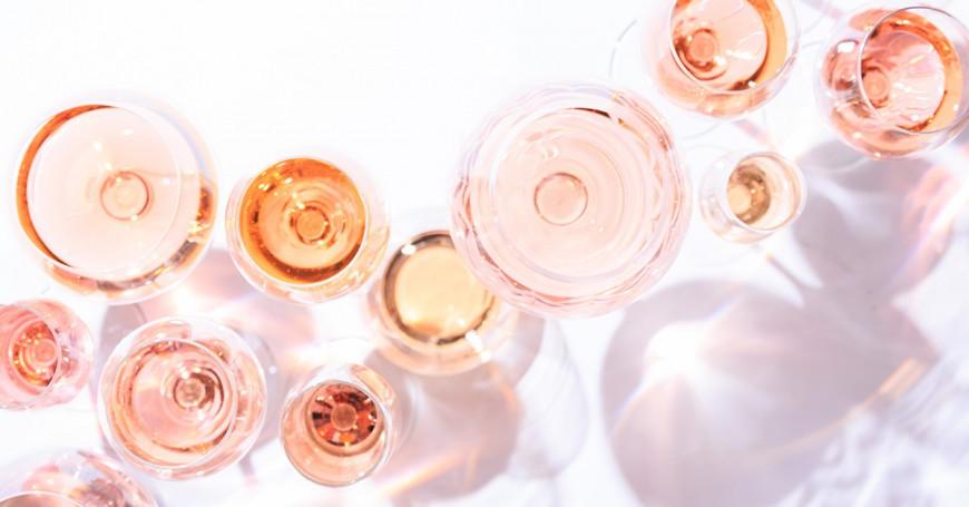 10 ροζέ κρασιά που πίνονται ευχάριστα όλες τις ώρες του καλοκαιριού